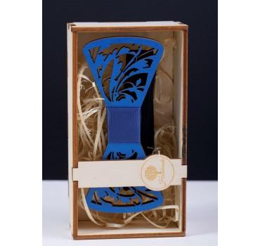 Niebieska drewniana mucha z drewna naturalnego z niebieskim akcentem